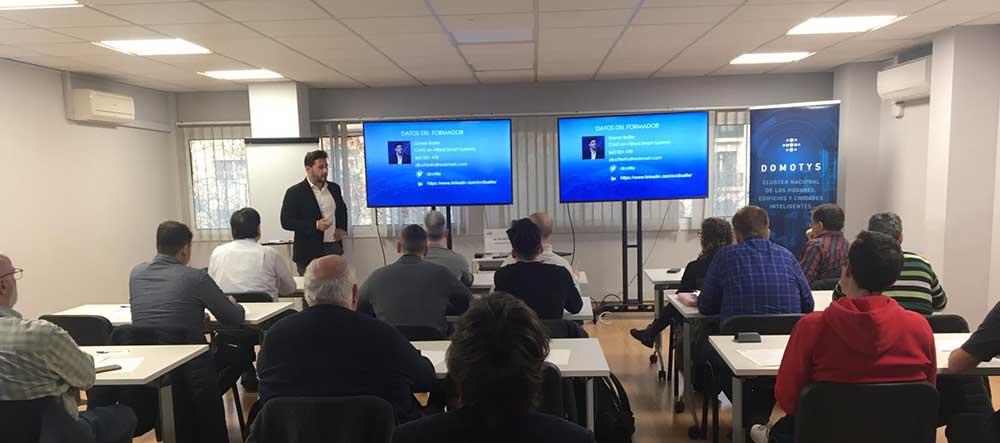 La primera sesión del curso para instaladores en viviendas y edificios inteligentes ha servido como introducción a los sistemas de control.